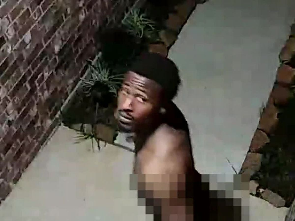 Naked man rings doorbell, taunts homeowners in Texas