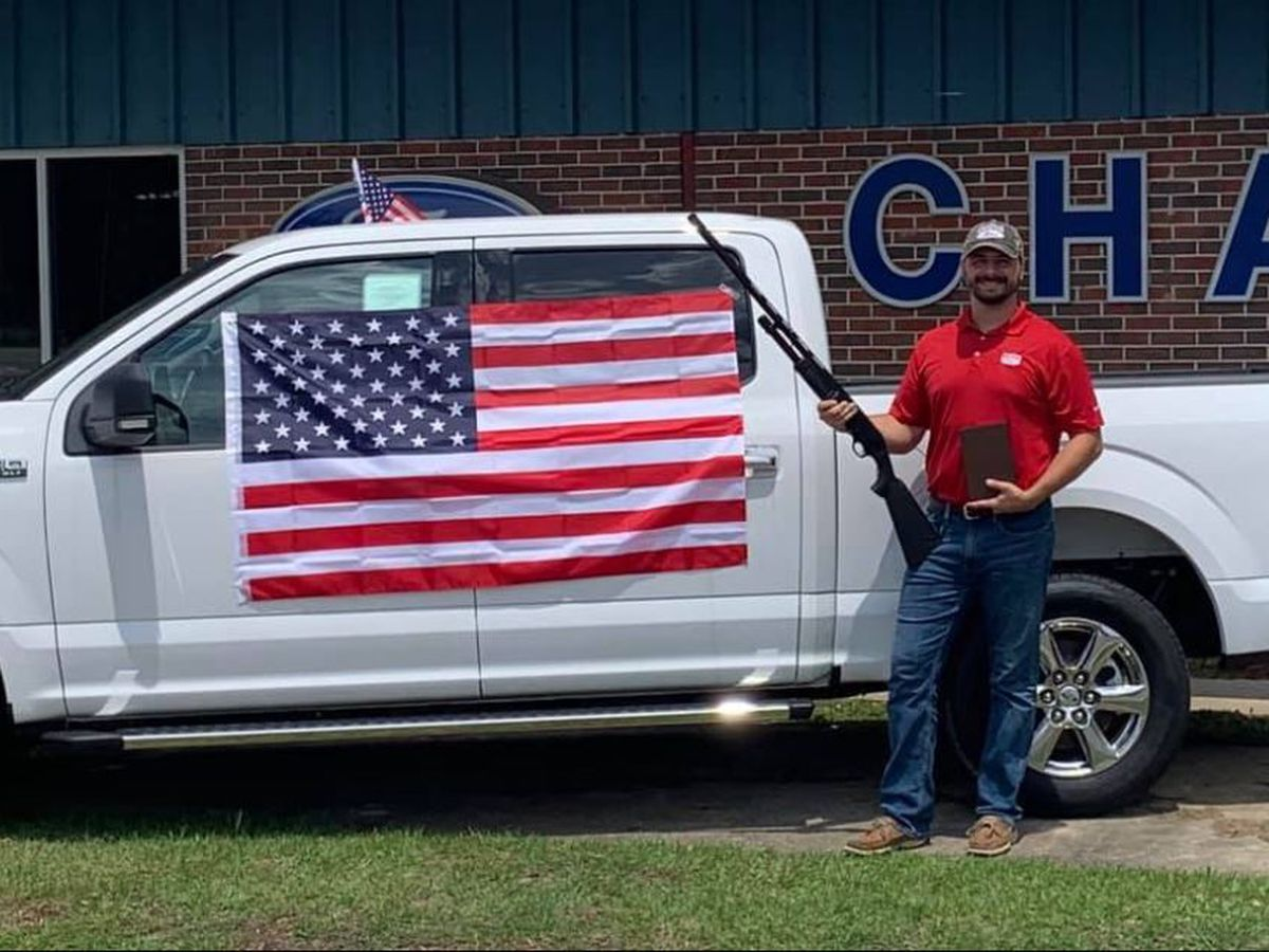 Dealership offering car buyers shotgun, Bible and flag to celebrate July Fourth