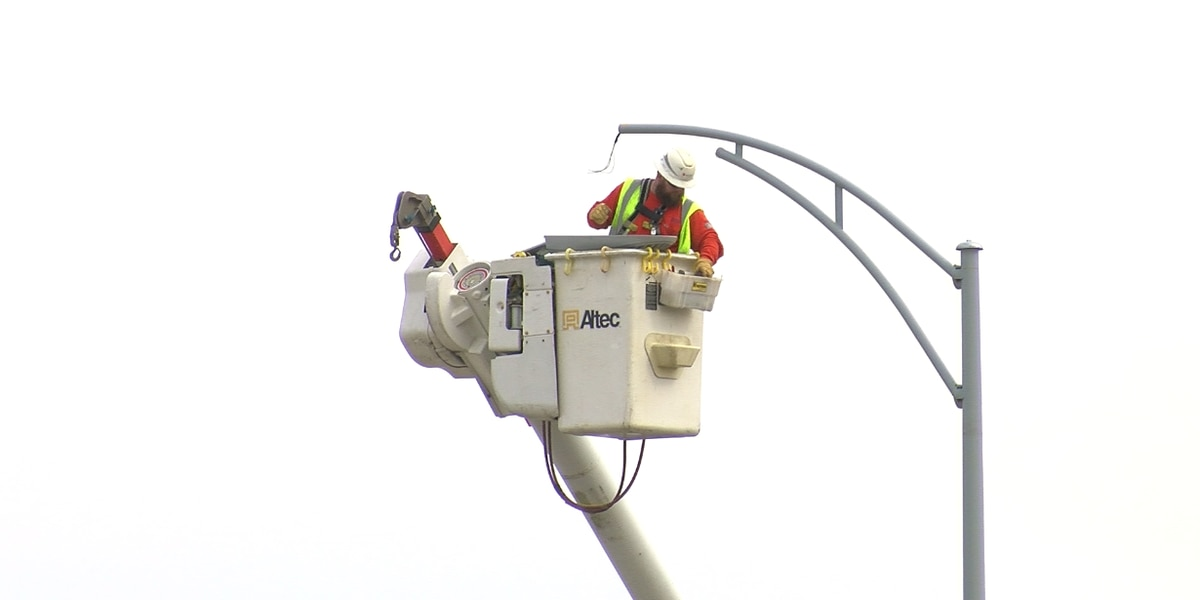 Vectren replacing light poles along Lloyd Expressway