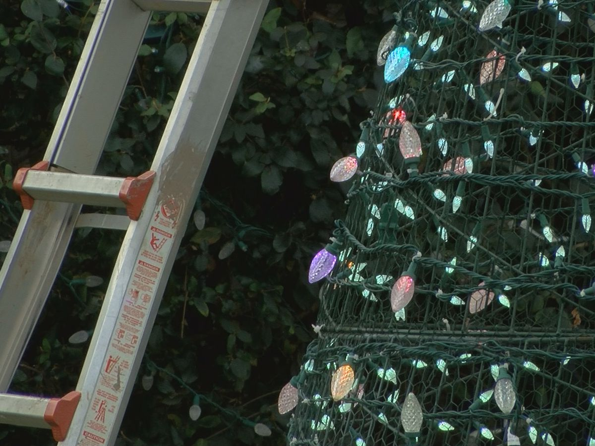 Owensboro family makes final preparations for Christmas decorations