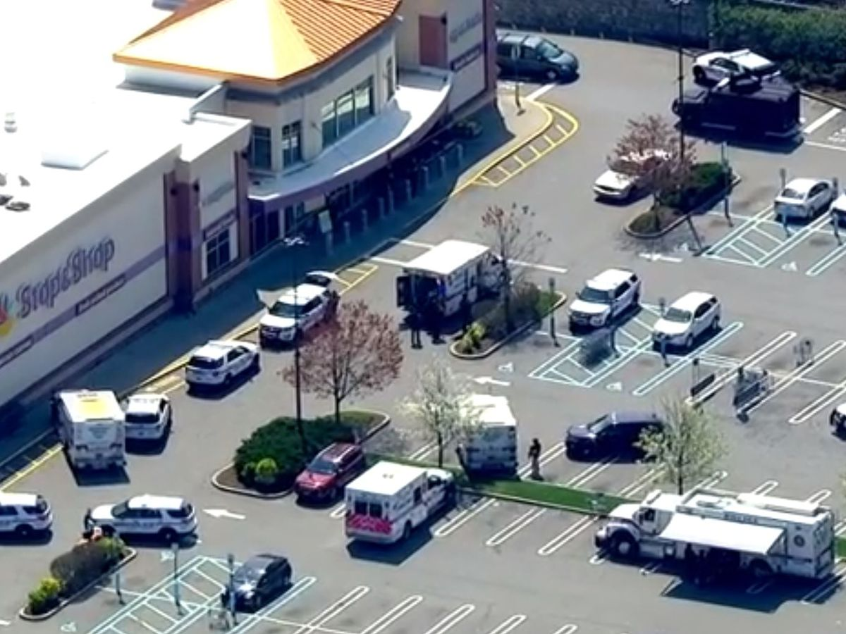 Police: 1 killed, 2 wounded in shooting at NY grocery store