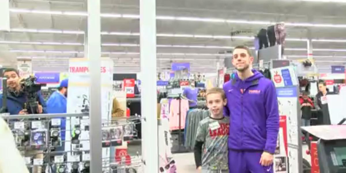 UE basketball team takes kids shopping