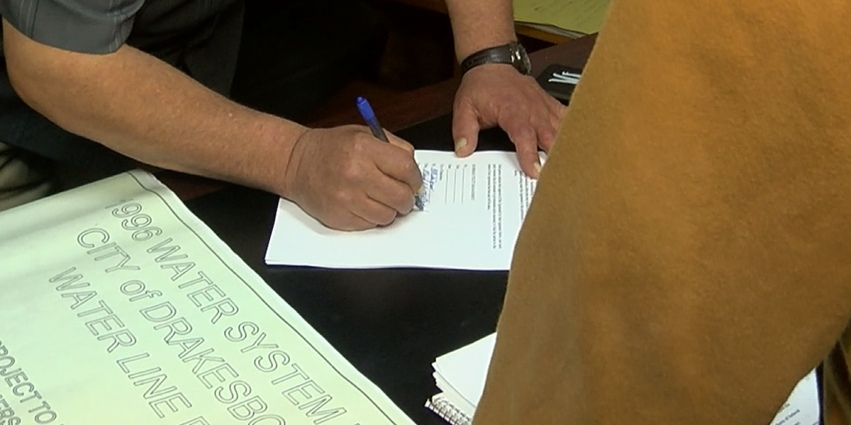 Drakesboro mayor signs contract for natural gas system operations