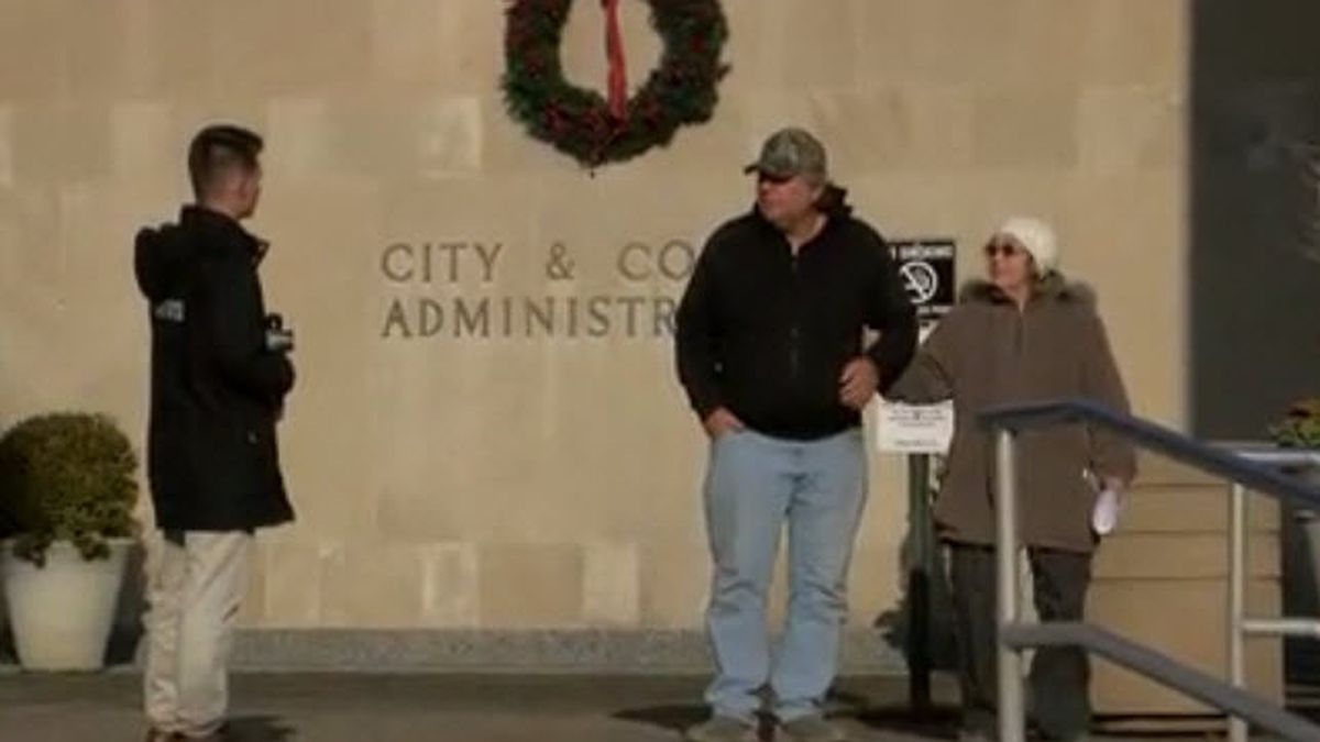 Evansville residents voice opinions over impeachment hearing