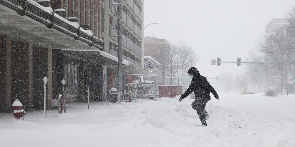 Foot of snow blankets parts of Midwest, disrupts travel
