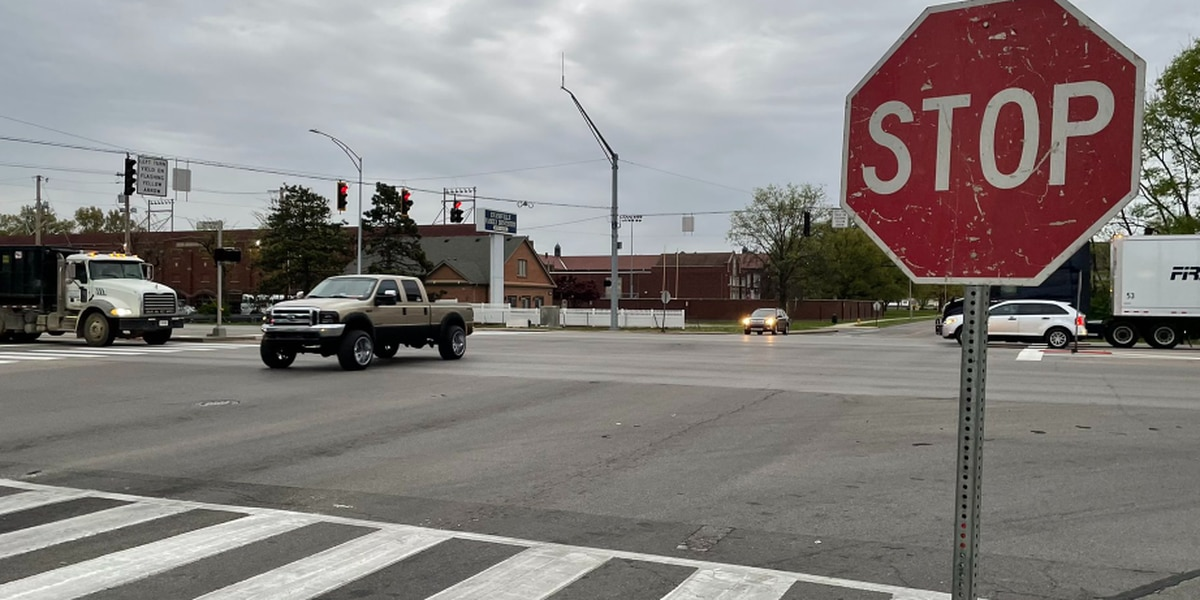 Stoplights flashing red in all directions at Hwy 41 & Washington Ave.